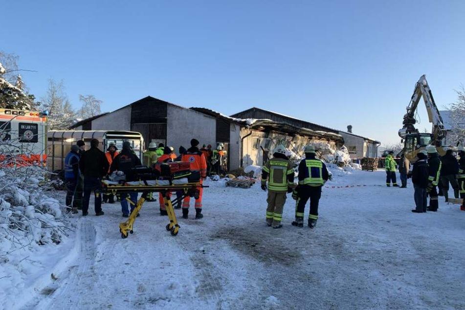 Viele Rettungskräfte sind vor Ort und die Tiere im Stall zu retten, der Einsatz wird voraussichtlich noch bis zum Abend dauern.