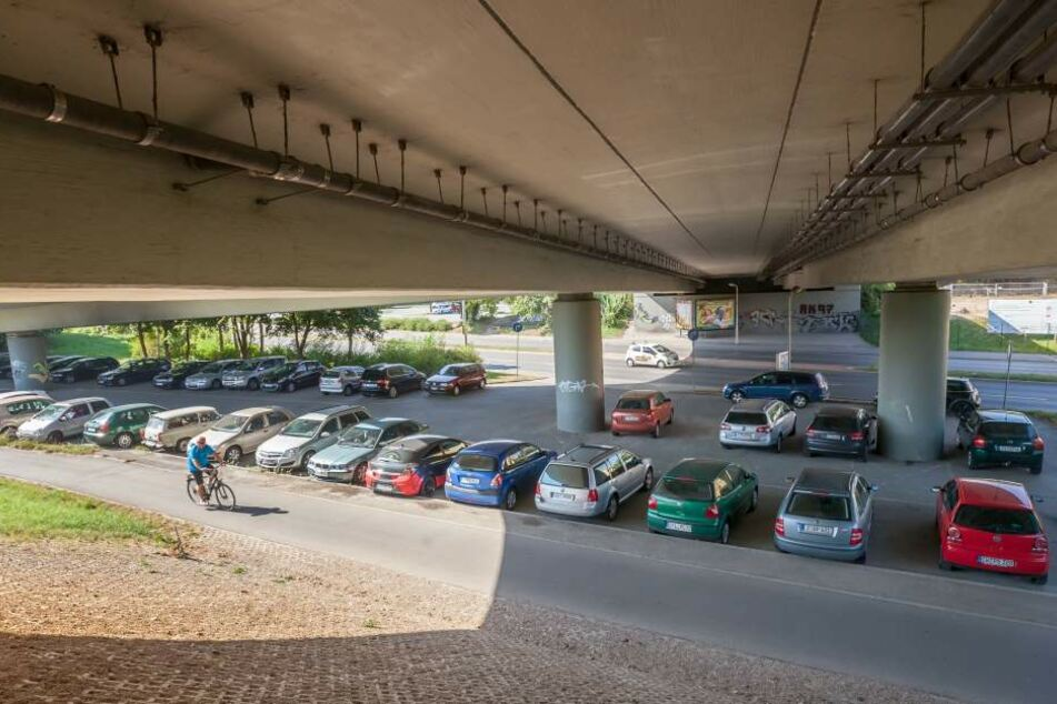 Der Parkplatz unter der GlückAuf-Brücke, als man dort noch kostenlos parken  durfte. Fast alle Stellplätze sind belegt.