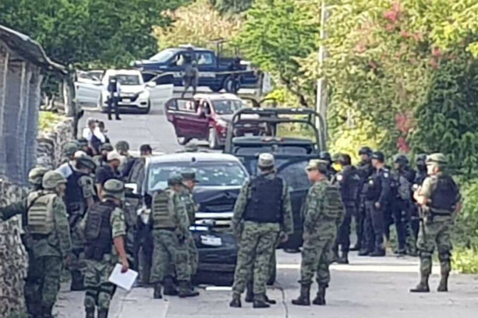 Soldaten am Ort des Geschehens in Tepochica (Mexiko). 15 Menschen kamen am Dienstag ums Leben.