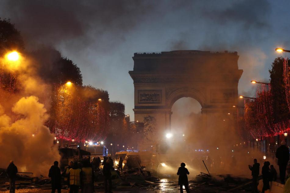 Rauch steigt während eines Protestes gegen die Erhöhung der Kraftstoffsteuern auf der Champs-Elysees-Allee auf.