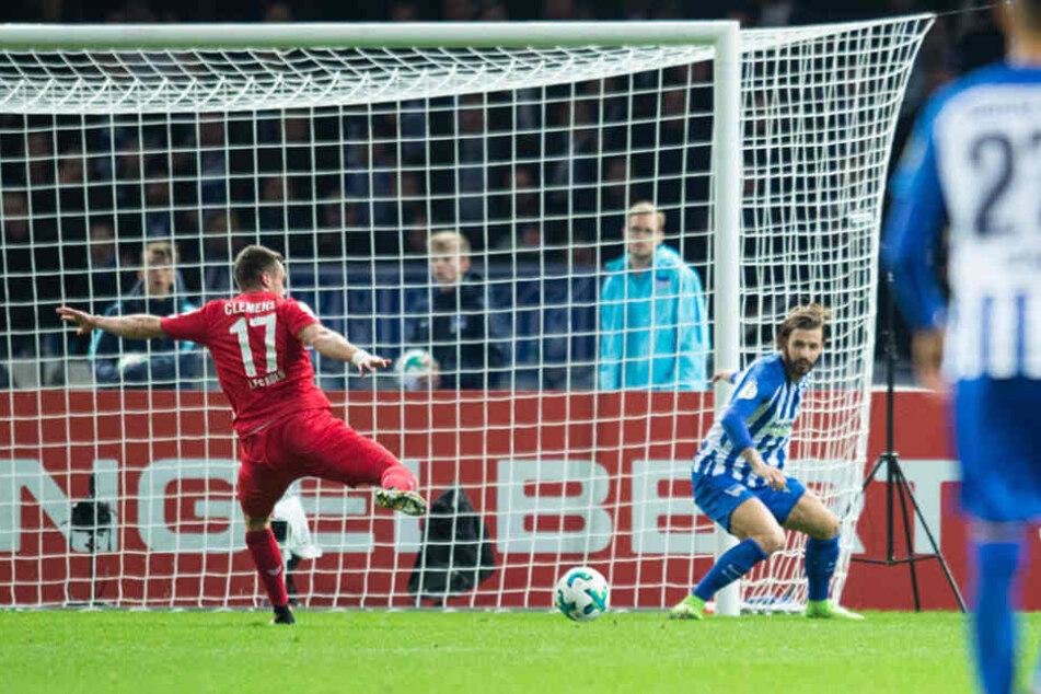 Kölns Christian Clemens (17) erzielt das Tor zum 0:3 gegen Berlins Marvin Plattenhardt (r).