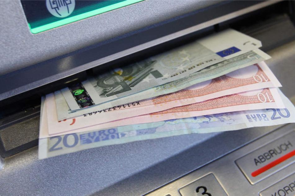 Wer über die Karte und die Geheimnummer verfügt, kann am Automaten Geld abheben (Archivbild).