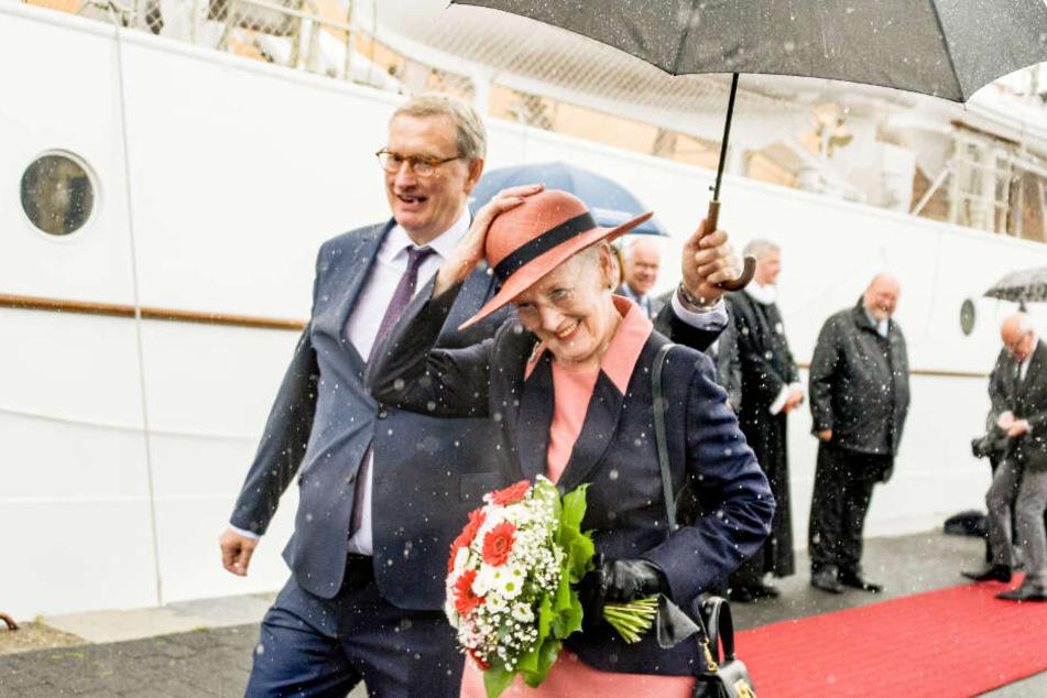Bei Regen kommt Königin Margrethe II. in Flensburg an und geht an Land.