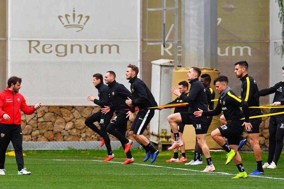 Dynamos Fitnesscoach Philippe Hasler überwacht eine Übungseinheit, gibt die Kommandos.