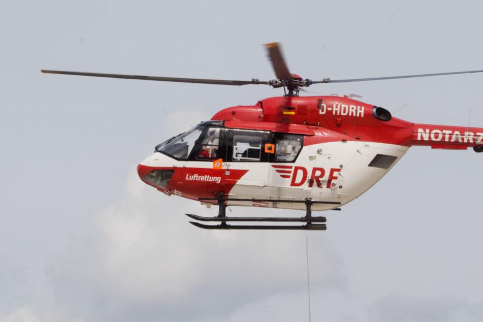 Der Hubschrauber brachte den Mann ins Krankenhaus.