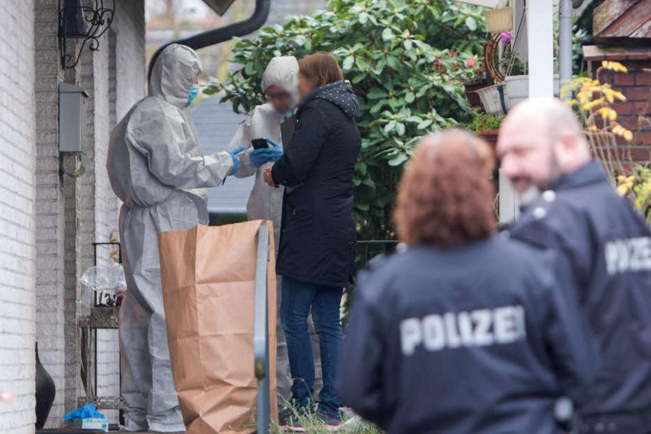 Beamte untersuchen das Wohnhaus des Ehepaares nach der Tat. (Archivfoto)