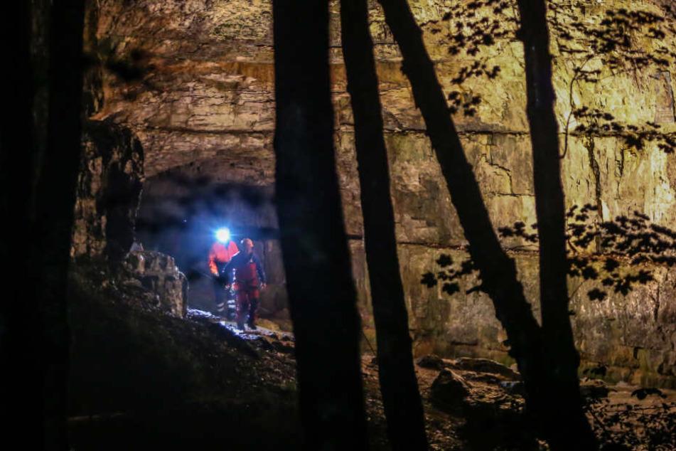 In der Falkensteiner Höhle in Baden-Württemberg sind zwei Menschen von ansteigenden Wassermassen überrascht und dadurch eingeschlossen worden.