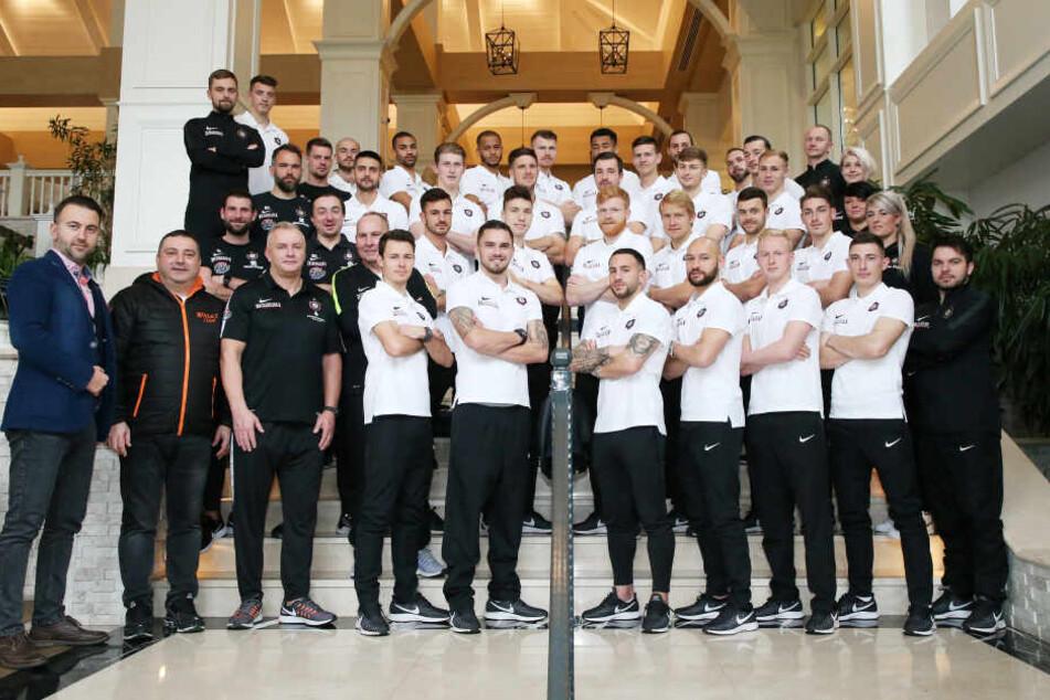 Teamfoto zum Abschied: Aus wettertechnischen Gründen musste die FCE-Truppe im Titanic DeLuxe Golf Resort posieren.