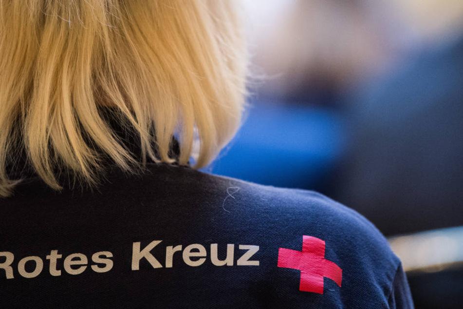 Eine Sanitäterin des DRK bei einer Besprechung. (Symbolbild)