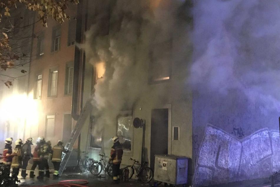 Die Feuerwehr löschte einen Brand in einem Mehrfamilienhaus im schweizerischen Solothurn.