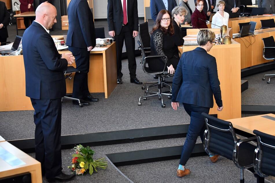 Susanne Hennig-Wellsow (43,r., Die Linke) warf Thomas Kemmerich (56,l., FDP) nach dessen Wahl zum neuen Thüringer Ministerpräsident - auch mit Stimmen der AfD - die Blumen vor die Füße und wendete sich ab.