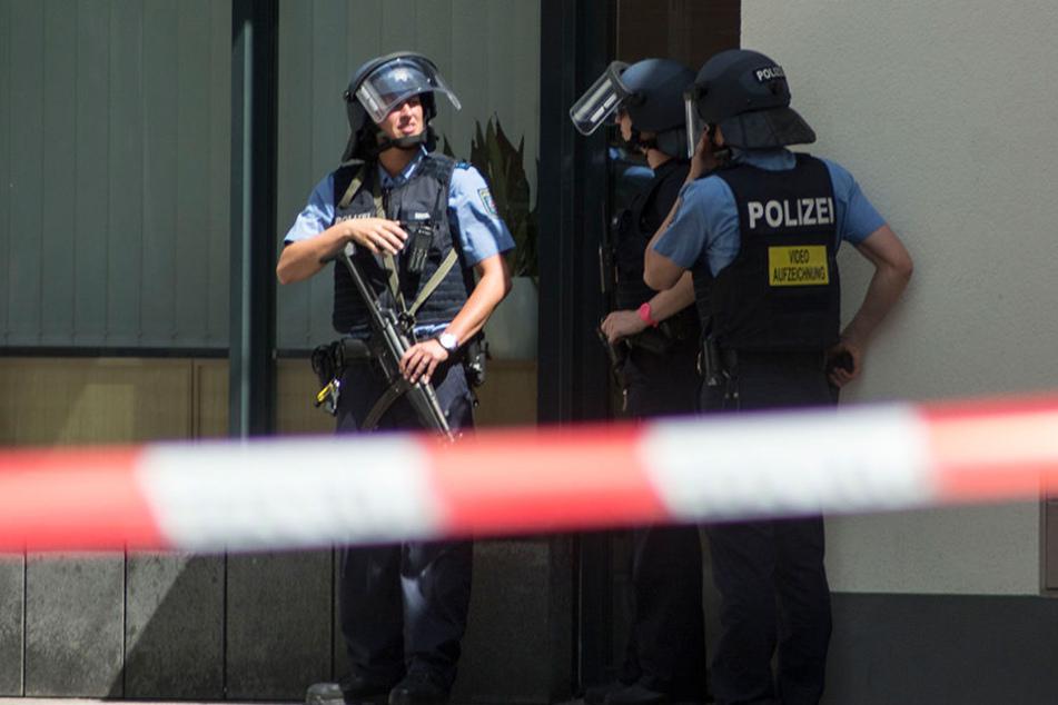 Schwer bewaffnete Polizisten riegelten den Innenstadtbereich von Erfurt ab.
