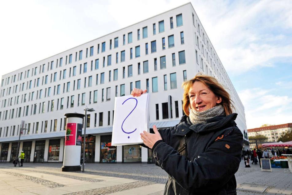 Was ist das? Gästeführerin Grit Linke (58) gibt auch waschechten Chemnitzern so manches Rätsel auf.