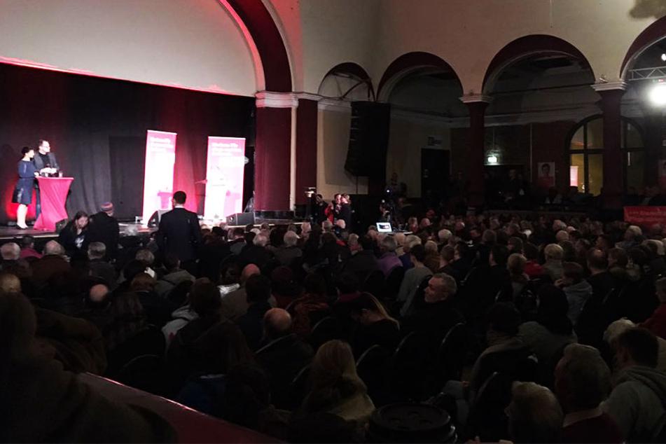 Etwa 1200 Leipziger waren gekommen, um die Vorsitzende der Bundestagsfraktion der Partei DIE LINKE sprechen zu hören.