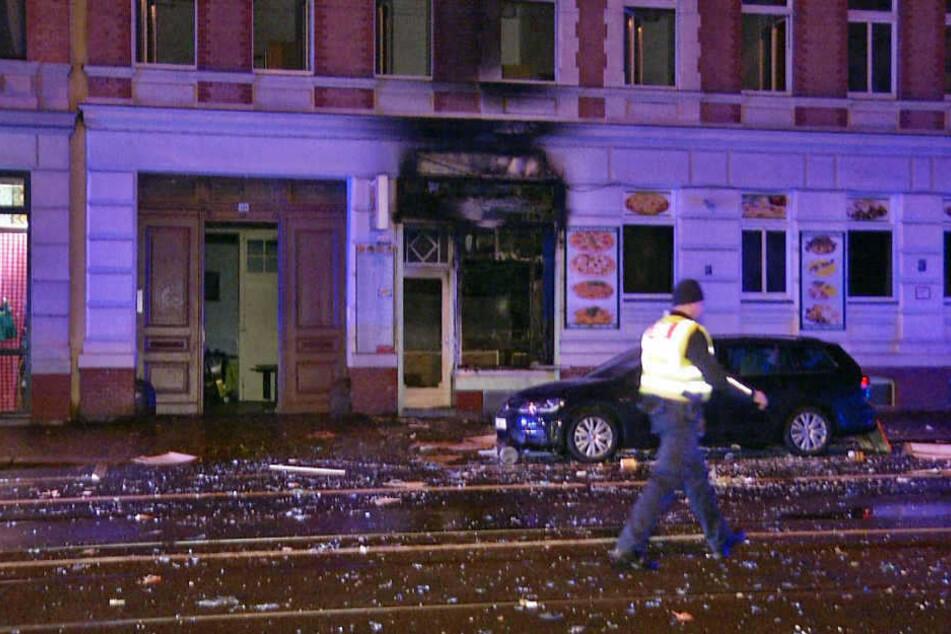 Die Georg-Schumann-Straße glich zwei Stunden vor dem Jahreswechsel einem Trümmerfeld.