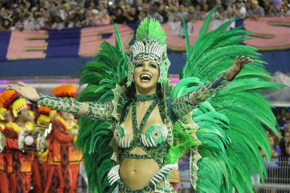 Eine Tänzerin der Sambaschule Mocidade Alegre tritt während einer Karnevalsparade in Sao Paulo auf.