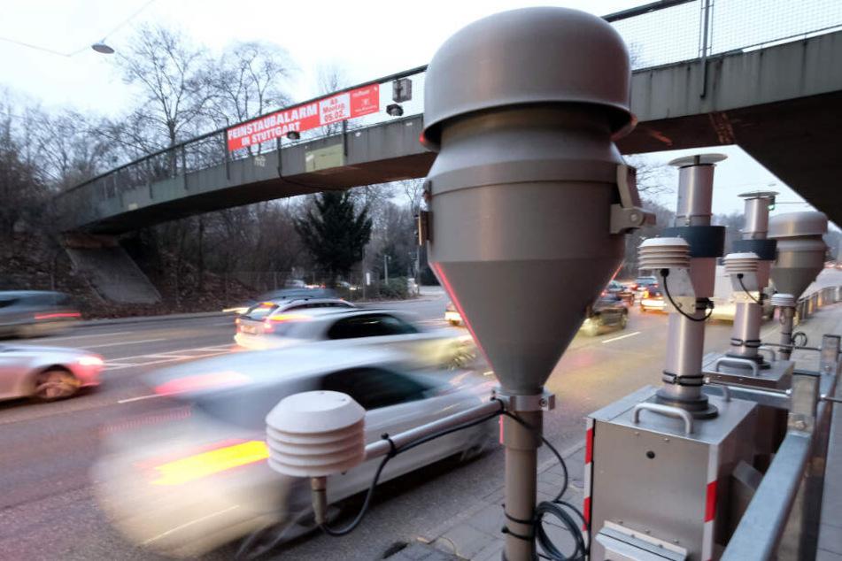 Das Neckartor bleibt eine Problemkreuzung: Am Mittwoch wurden dort 75 Mikrogramm Feinstaub pro Kubikmeter Luft gemessen. (Archivbild)