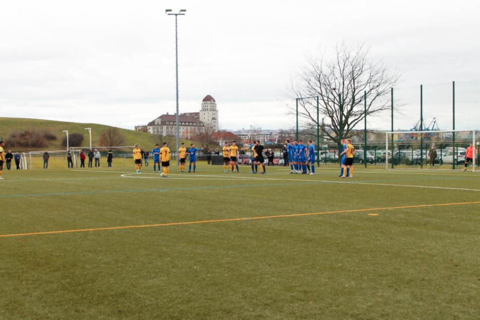 Wenige Sekunden später trifft Ransford-Yeboah Königsdörffer (l.) zum 2:1 für Dynamo in die linke untere Ecke.