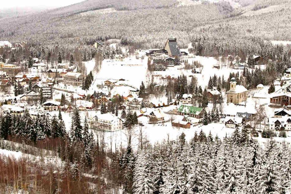 Der verschneite Wintersportort Harrachov.