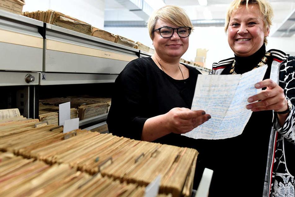 Judith Klein (l.) hat die Flaschenpost von Ingrid Müller gefunden. Die Kölnerin hatte die Nachricht vor 40 Jahren ins Meer geworfen.