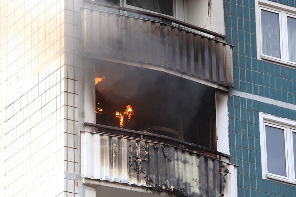 Flammen sind deutlich sichtbar.