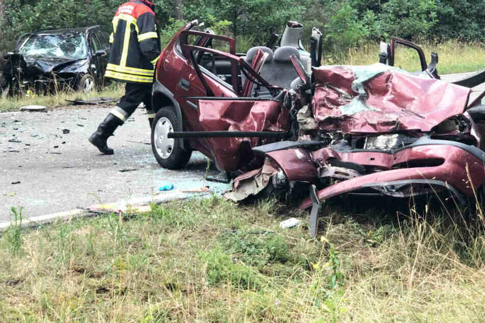 Autofahrerin kann ausweichen, hinter ihr kommt es zum Horror-Unfall zwischen Skoda und Opel