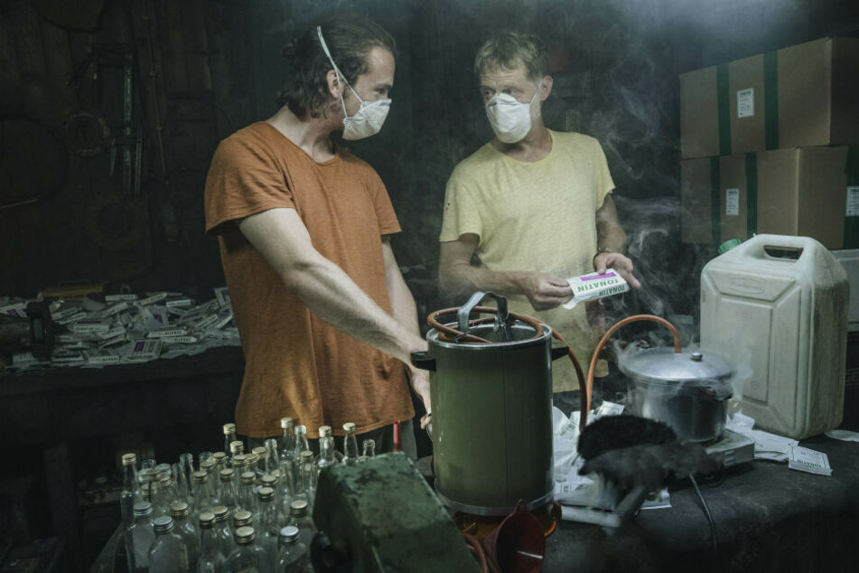 Robert Kraut (Justus Johanssen, 24) und Mikesch Seifert (Andreas Lust, 52) haben das Geschäft mit Schmerzpflastern für sich entdeckt.