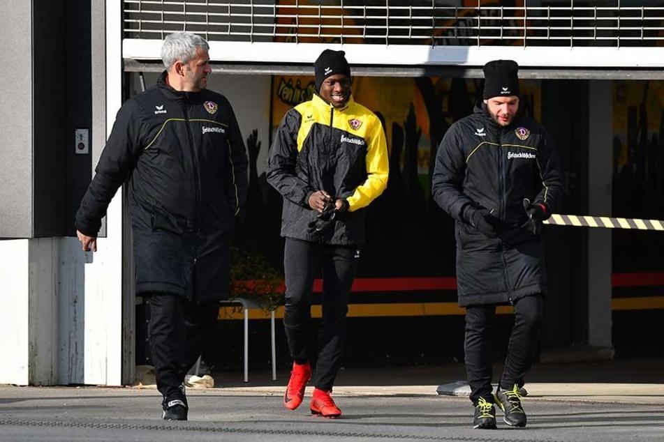 Gut gelaunt und flankiert von Co-Trainer Peter Németh (l.) und Physio Alexander Schurig (r.) läuft Moussa Koné zu seiner ersten Einheit in den Großen Garten.