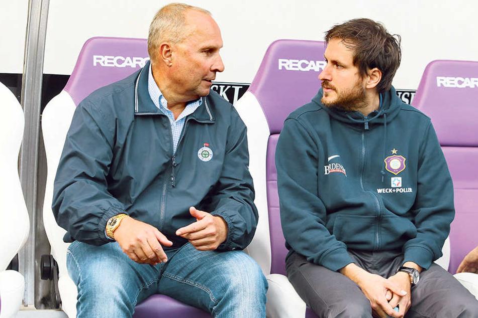 Eine gute Verpflichtung! FCE-Boss Helge Leonhardt lobt Trainer Hannes Drews (r.).