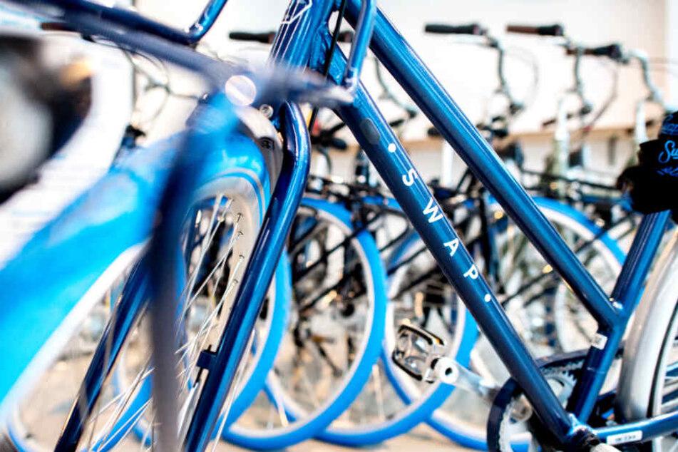 In einer Filiale von Swapfiets stehen mehrere Fahrräder des Anbieters.