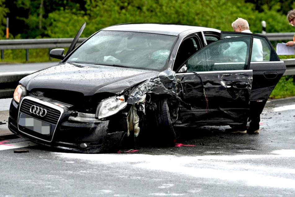 Heftiger Crash! Geisterfahrer knallt auf A4 in zwei Autos