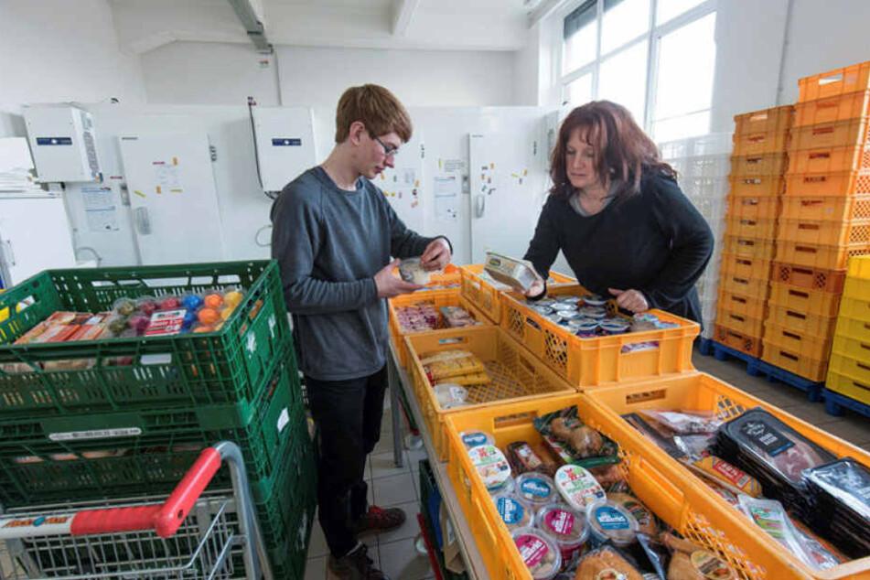 Es könnte mehr sein: Tafel-Mitarbeiter Jonathan Fabich (20, l.) und Sylvia Valdorf (53) sortieren Wurst, Butter und Käse.