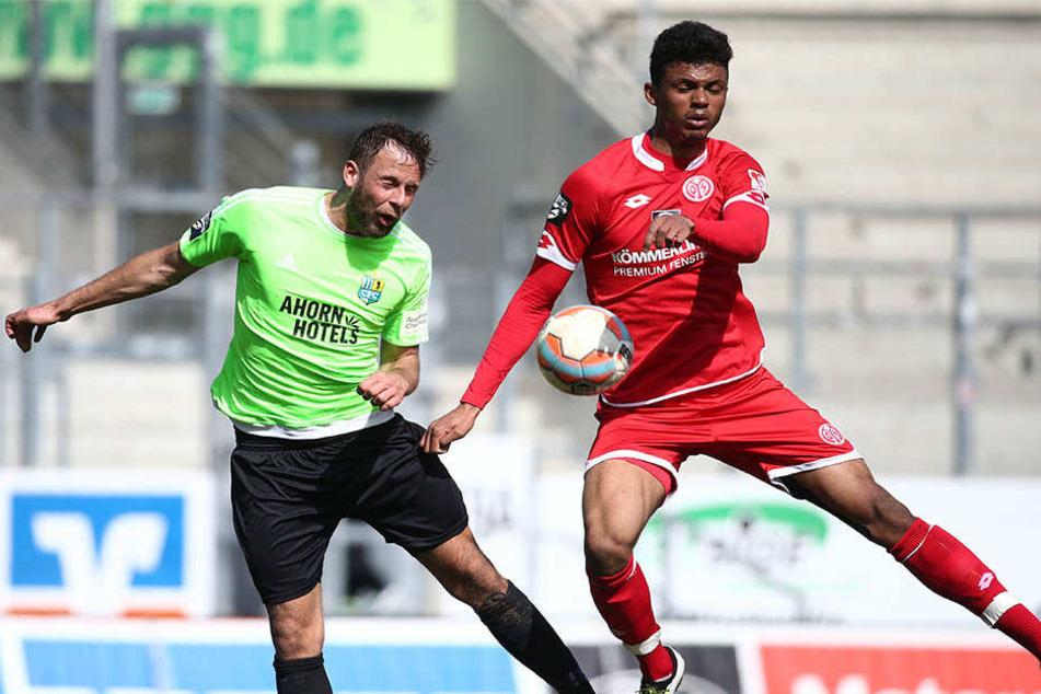 Dieses Duell wird es am Sonntag nicht geben! Stürmer Aaron Seydel (r.) ist bei Mainz wieder mit dabei, aber der Chemnitzer Marc Endres (l.) muss verletzt passen.