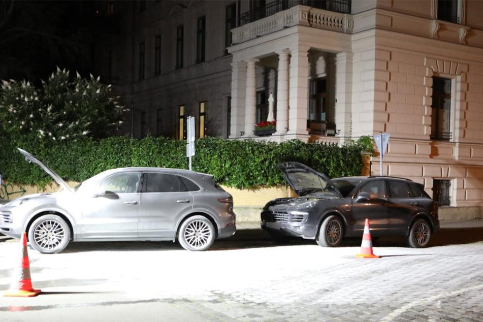 Die beiden Autos gerieten aus bisher ungeklärter Ursache in Brand.