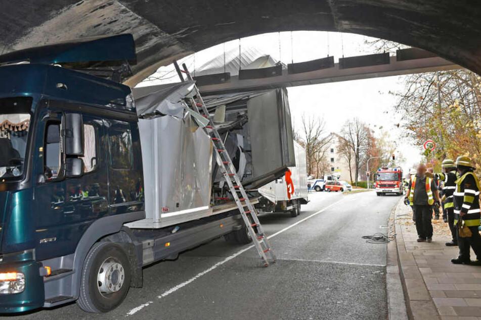 Bis zur Hälfte steckte der Lastwagen fest.