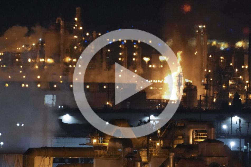 XXL-Raffinerie steht nach Explosion in Flammen, Video zeigt Feuer-Hölle