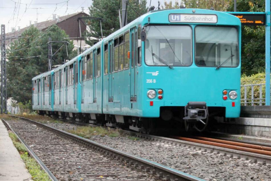 Die ankommende U-Bahn hatte der Mercedes-Fahrer schlichtweg übersehen (Symbolbild).