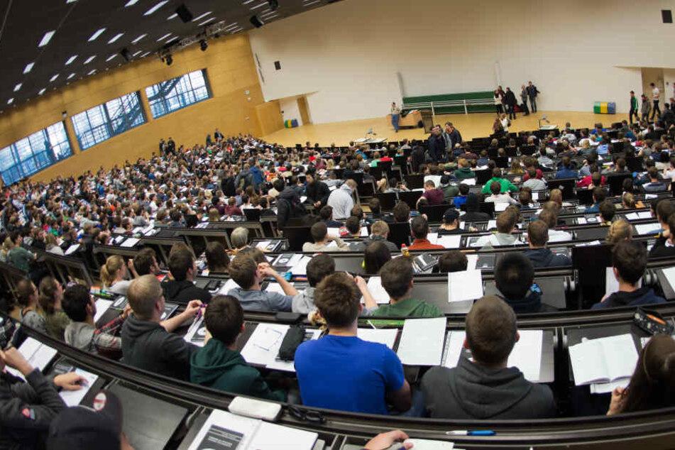 100 Geflüchtete besuchen derzeit die Lehrveranstaltungen an den sächsischen Unis.