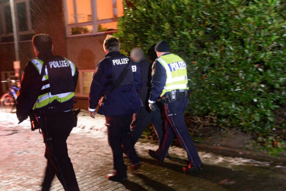 Die Polizei führte einen Geiselnehmer ab.