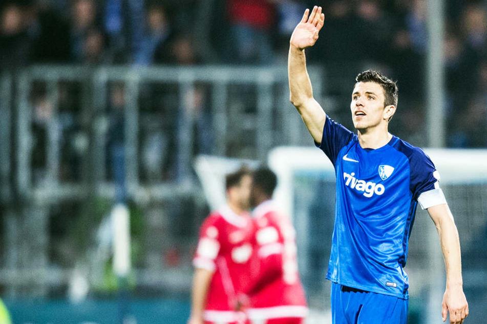 Bochums Kapitän Anthony Losilla musste die Situation beruhigen und seinen Mitspieler trösten.