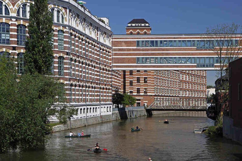 Weil er die Polizisten nicht abschütteln konnte, sprang der Mann kurzerhand in den Karl-Heine-Kanal (Symbolbild).