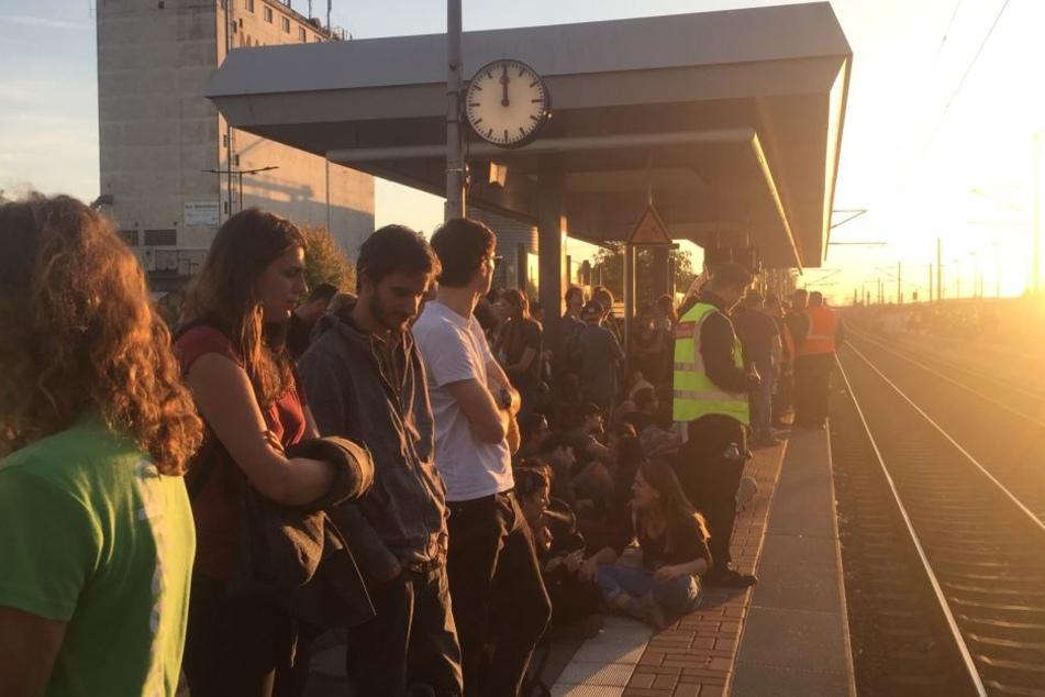 Am Bahnhof Buir wollten am Abend zahlreiche Menschen wieder abreisen. Die Polizei musste zeitweise den Zugang zu den Gleisen absperren.