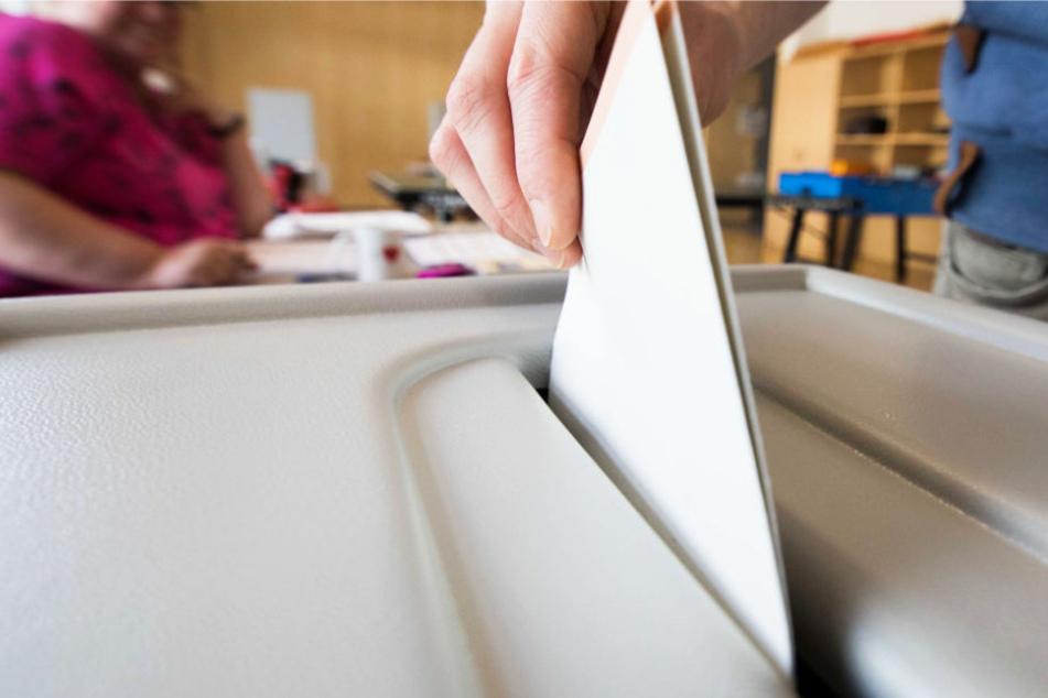 Ein Mann wirft in Frankfurt seinen Stimmzettel zur Bundestagswahl 2017 in eine Wahlurne.