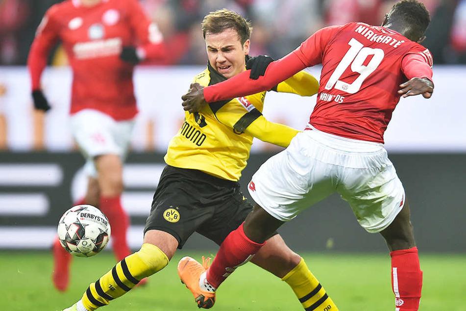 Hatte in vorderster Front einen schweren Stand: BVB-Offensivmann Mario Götze (l.) im Duell mit dem Mainzer Innenverteidiger Moussa Niakhate (r.).