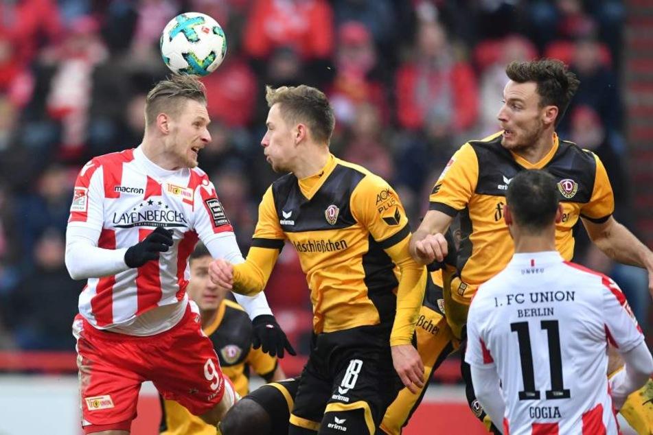 Unions Topstürmer Sebastian Polter (l.) hatte gegen Jannik Müller (M.) und Florian Ballas auch in der Luft einen schweren Stand.