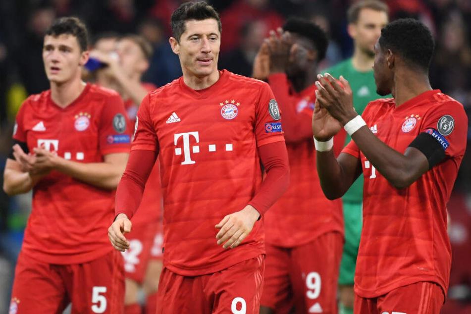Die Spieler von München Benjamin Pavard (l-r), Robert Lewandowski und David Alaba bedanken sich nach dem Spiel bei den Fans.