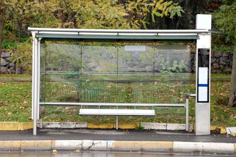 Der Mann lag völlig hilflos und schwer verletzt an einer Bushaltestelle. (Symbolbild)