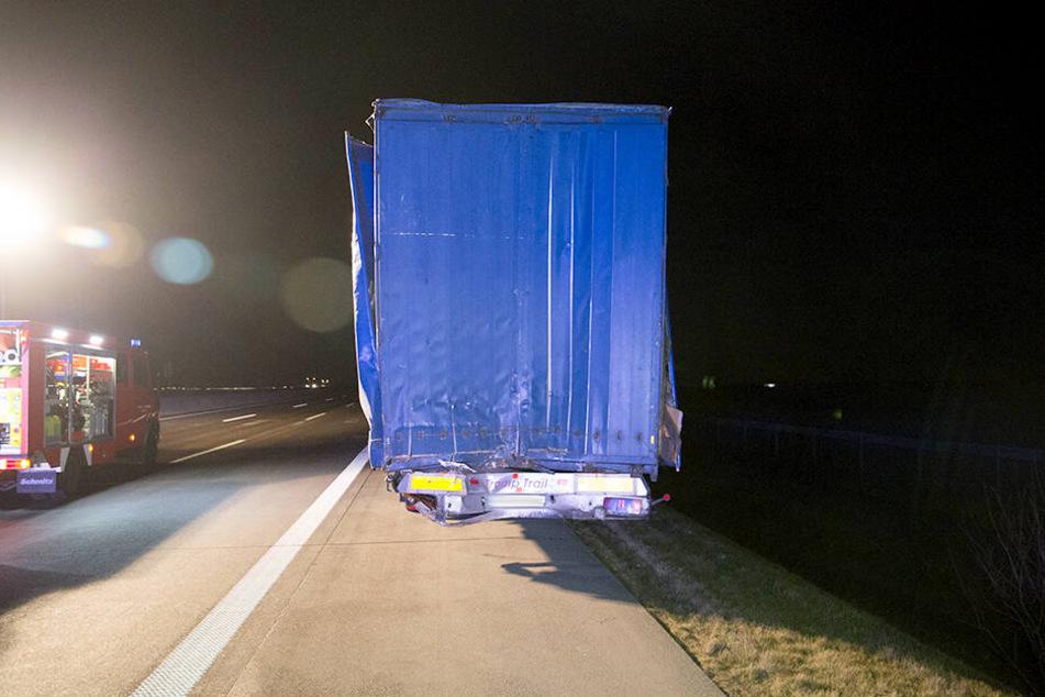 Ein Laster war auf einen vor ihm fahrenden Sattelzug aufgefahren.
