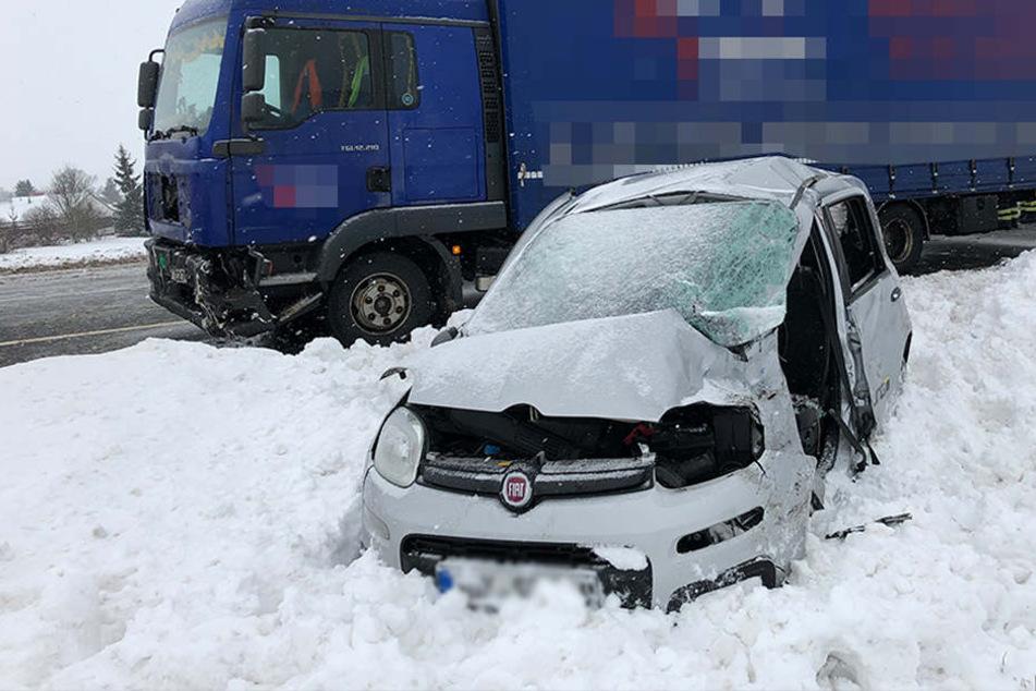 Fiat kracht mit Laster zusammen: Autofahrer stirbt am Unfallort