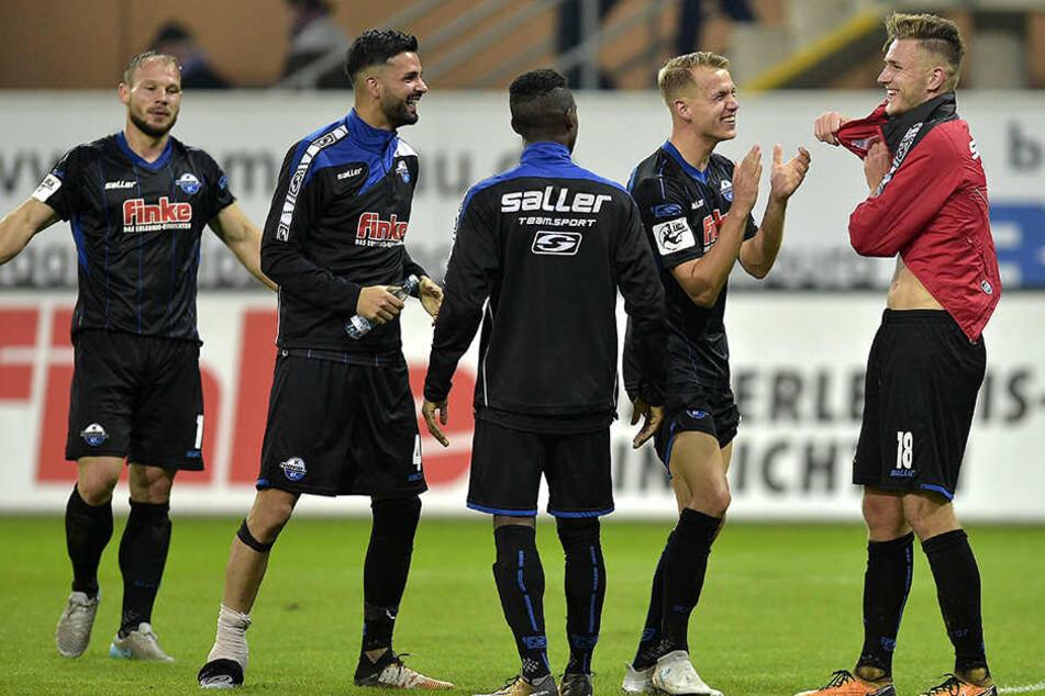 Beim 2:1-Heimsieg gegen Hansa Rostock musste Wassey (2.v.l.) verletzt raus.